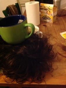 Qui Miranda Miranda dà il meglio di sé, collassata sul tavolo. La tazza è opera mia.